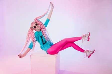 tinte cabello: adolescente moderna con rastas de color rosa sobre fondo blanco