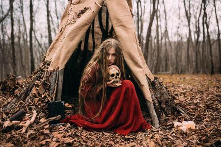 森の中に住んでいる美しい魔女