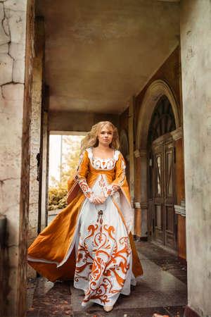 Señora hermosa con los pelos rubios en alineada medieval Foto de archivo