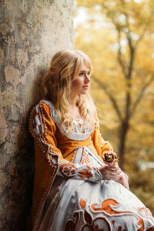 중세 드레스에 금발 머리를 가진 아름 다운 아가씨