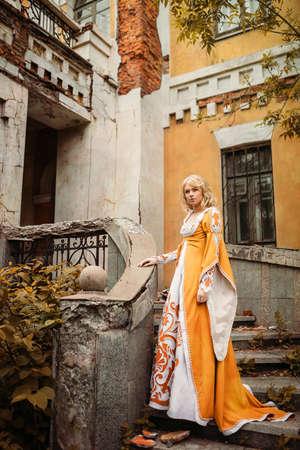 vestido medieval: Señora hermosa con los pelos rubios en alineada medieval Foto de archivo