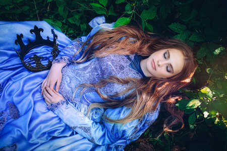 Prinzessin im Vintage-Kleid zu Fuß in Zauberwald