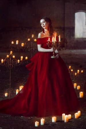 キャンドルの美しい女性