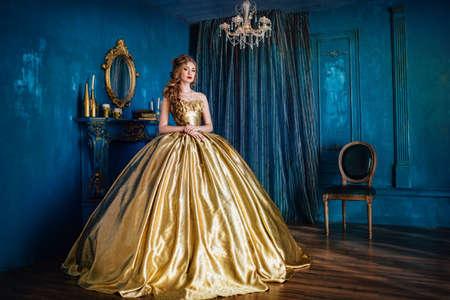 볼 가운에 아름 다운 여자 스톡 콘텐츠