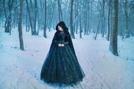 Mysterieuze vrouw in het zwart Stockfoto