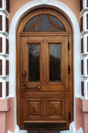 Old wooden closed door Imagens - 92811241