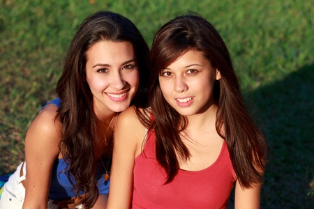Pretty College Teenagers Lifestyle Enjoying Outdoor Campus Life  版權商用圖片