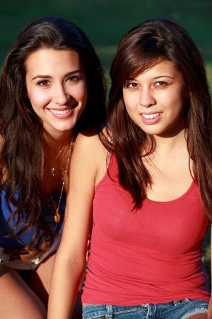 Pretty College tieners levensstijl genieten van Outdoor leven op de Campus