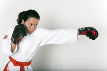 defensa personal: Atractiva joven en una posici�n de defensa de autom�tica Foto de archivo