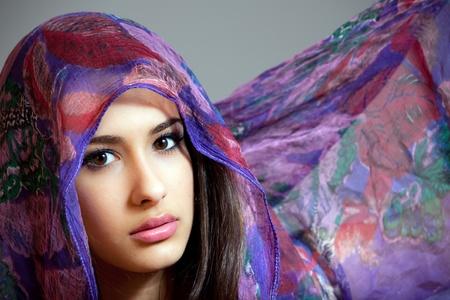 Mooie jonge multiculturele jonge vrouw bedekt door een sluier
