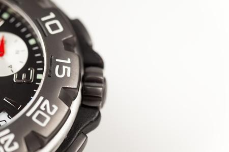 cron�grafo: Detalle de un reloj cron�grafo sobre un fondo blanco