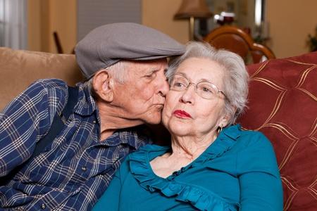 가정 생활 양식 장면에서 애정 어린 포즈로 80 년대 노인 남편과 아내. 스톡 콘텐츠 - 8565234