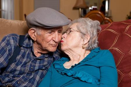 가정 생활 양식 장면에서 애정 어린 포즈로 80 년대 노인 남편과 아내.