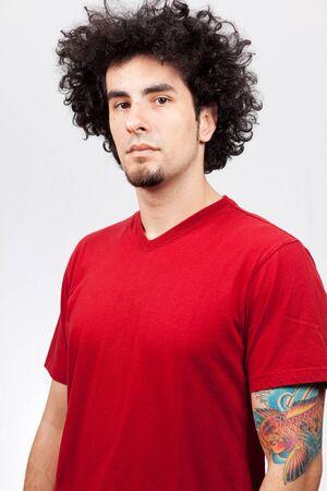 red man: Apuesto joven con perilla y pelo largo y rizado
