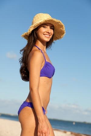 Mooie Jonge vrouw op het strand