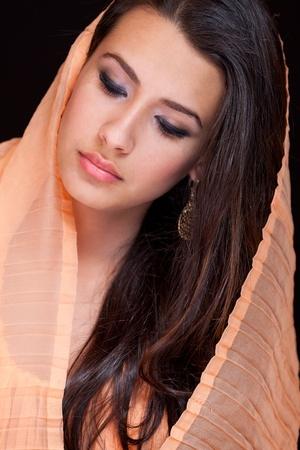 美しい若い女性がベールを着て