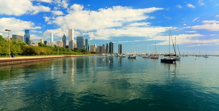 ミシガン湖とシカゴのスカイラインのダウンタウン