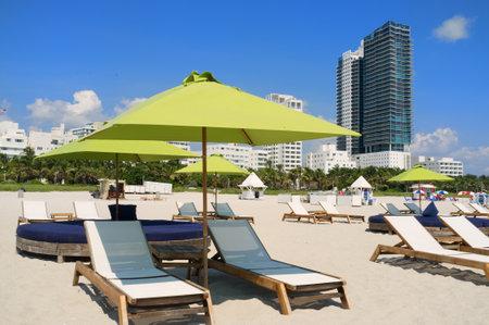Kleurrijke ligstoelen en parasols in Miami South Beach