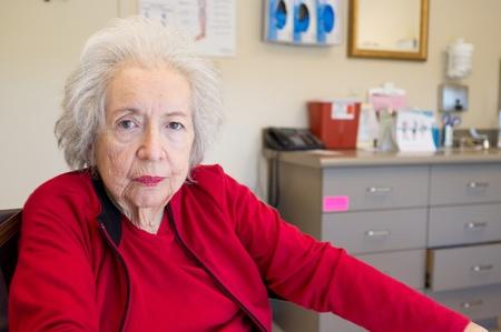Ouderen 80-jarige vrouw met de ziekte van Alzheimer te wachten op de artsen kantoor
