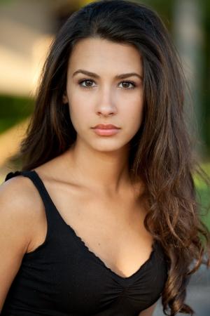 Mooie jonge multiculturele vrouw in een buitenomgeving