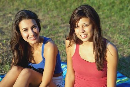 Mooie jonge vrouwen buitenshuis op een college campus