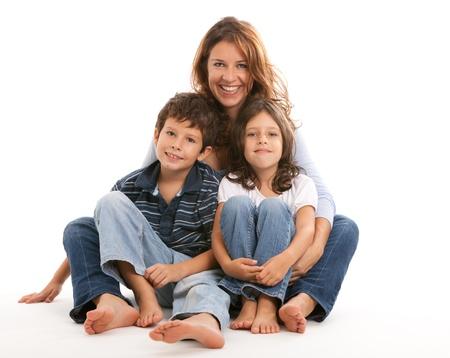 madre e hijo: Madre, hijo e hija sobre un fondo blanco