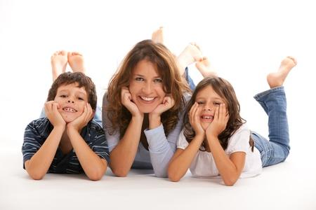 madre e hijo: Madre, hijo e hija con una expresión feliz en un fondo blanco