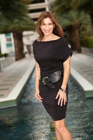 매력적이고 섹시한 중년 여성 옥외