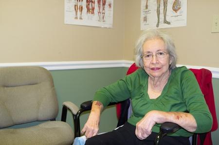 damas antiguas: Anciana de 80 años en la oficina de los médicos