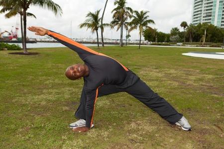 actividad fisica: Entrenador personal guapo el ejercicio en Miami South Beach Park