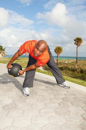 マイアミのサウスビーチ公園で運動ハンサムなパーソナル トレーナー