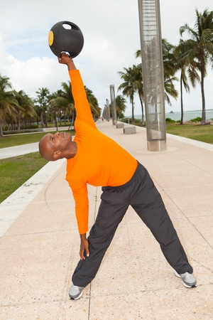 Knappe personal trainer te oefenen in een park South Beach in Miami photo