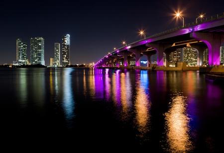 El centro de Miami Night Skyline con MacArthur Causeway Bridge Foto de archivo