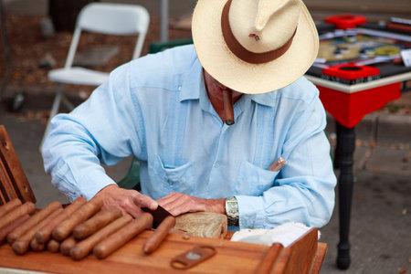 cigarro: Hombre rodar los cigarros frescos