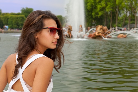 Beautiful young woman enjoying a Parisian fountain Zdjęcie Seryjne