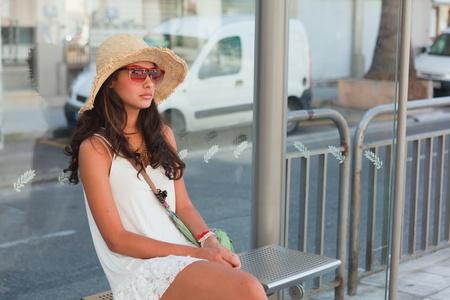 parada de autobus: Joven y bella mujer esperando un autobús en la Riviera francesa Foto de archivo
