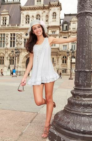 femme brune: Belle jeune femme en appr�ciant les vues de Paris posant dans un populaire Plaza Banque d'images