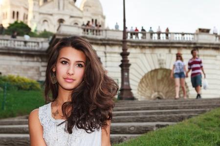 coeur: Mooie jonge vrouw genieten van de bezienswaardigheden van Parijs met de kathedraal Sacre Coeur op de achtergrond in de wijk Montmartre Stockfoto