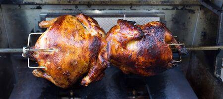pollo rostizado: Rotisserie cocinar el pollo en una parrilla de gas Foto de archivo