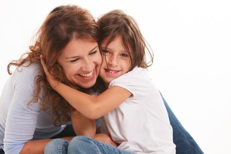 madre soltera: Madre e hija en una actitud amorosa aislado sobre un fondo blanco Foto de archivo