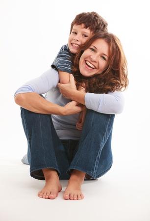 madre soltera: Madre e hijo en una pose cari�osa aislado en un fondo blanco