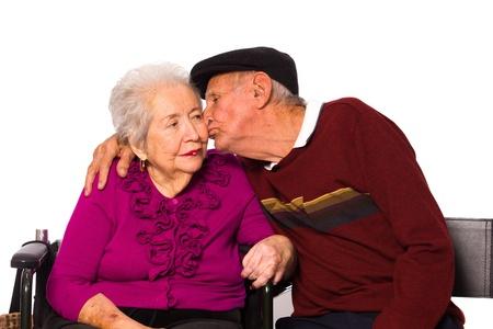 高齢者は、白い背景の上の愛情のこもった、ポーズ夫婦。