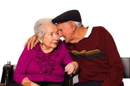 80s adult: Pareja de ancianos se cas� con una afectuosa pose sobre un fondo blanco.