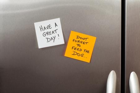 notas adhesivas: Friendly notas adhesivas en una puerta de refrigerador de la cocina de una vivienda