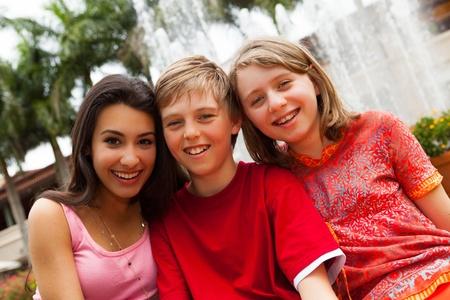 Tieners plezier buitenshuis in een parkachtige omgeving