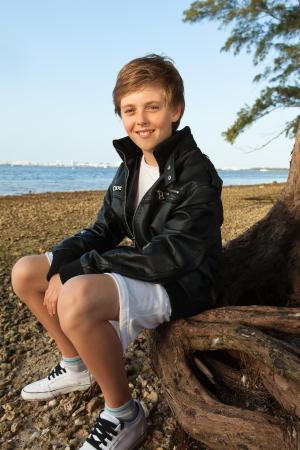 마이애미의 해변을 즐기고 검은 가죽 재킷을 입고 잘 생긴 젊은 십대