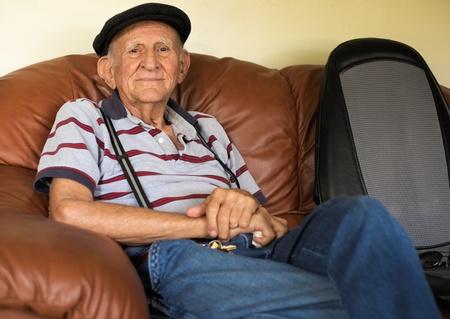 Ältere 80 plus Jahre alter Mann Porträt in einem häuslichen Umfeld