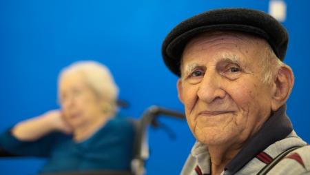 handicap people: Retrato Mayores de edad 80 m�s a�os hombre con un fondo azul