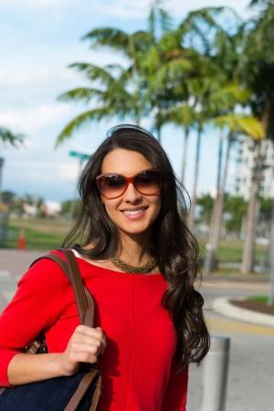 femme brune: Beau portrait de jeune femme multiculturelle en plein air