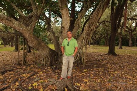 sandal tree: Apuesto hombre de mediana edad hispano en un parque